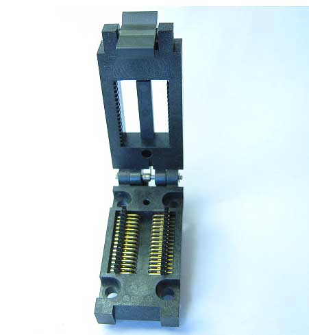 Enplas FP-32-1.27-06 Closed top, 32 pin SOIC test socket.